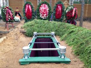 Сингуматор для опускания гроба в могилу
