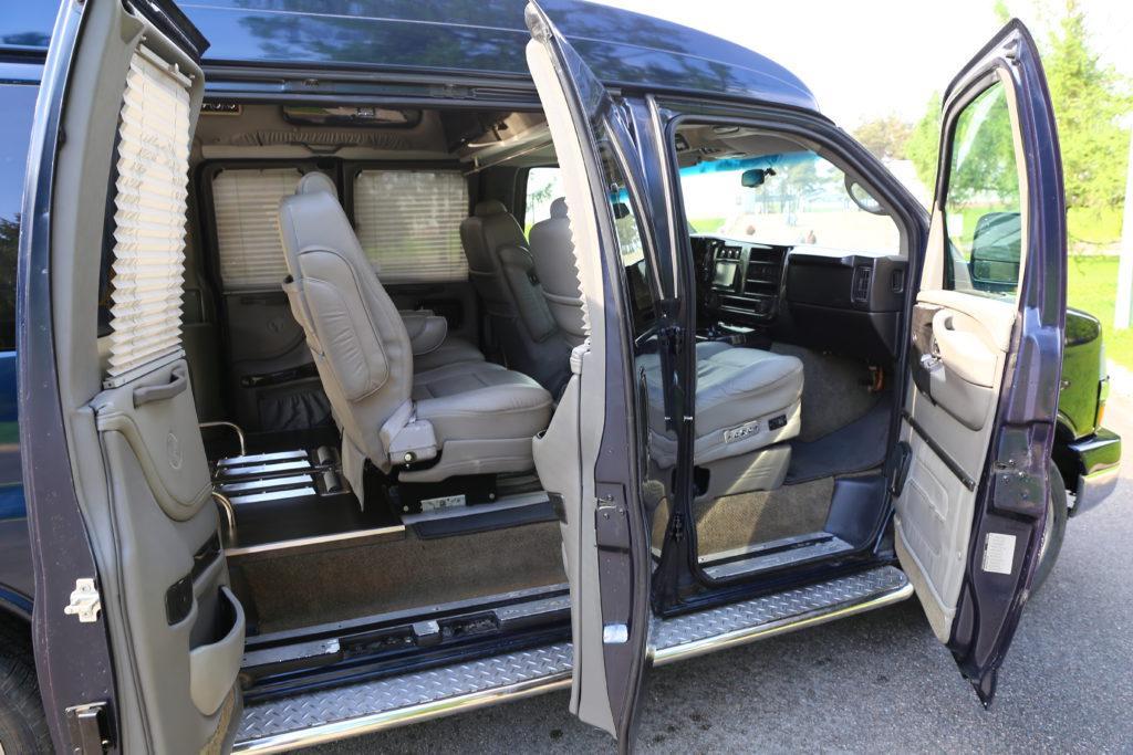 Минивэн на базе полноприводного автомобиля класса люкс (США). Аудиосистема для воспроизведения музыкального траурного сопровождения во время церемонии доставки покойного к месту прощания (погребения). Система кондиционирования.